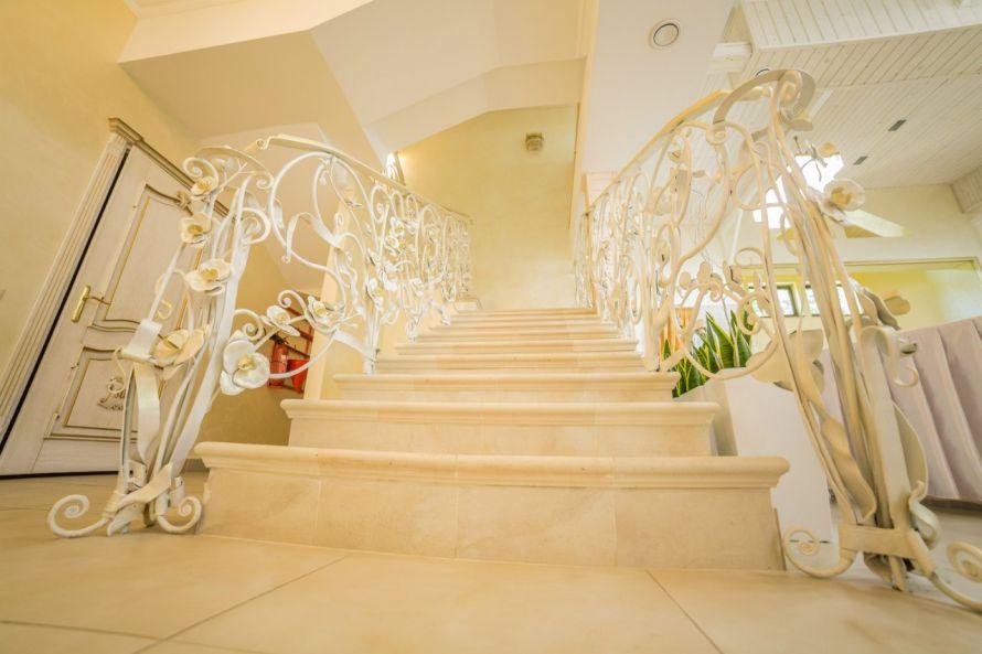 При ресторане можно заказать полный спектр свадебных услуг  декорирование  зала 4bae9d595f6c7